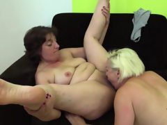 Mature lesbians scissoring and eating..