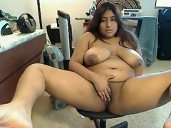 Indian bbw spreads wide and plays with..